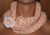 Scaldacollo albicocca con bottone a fiore fatto a mano
