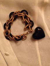 bracciale fatto a mano sfizioso in maglia metallo colore rame e resina colore nero, con pendente nero in resina a forma di cuore. Veramente una chicca!