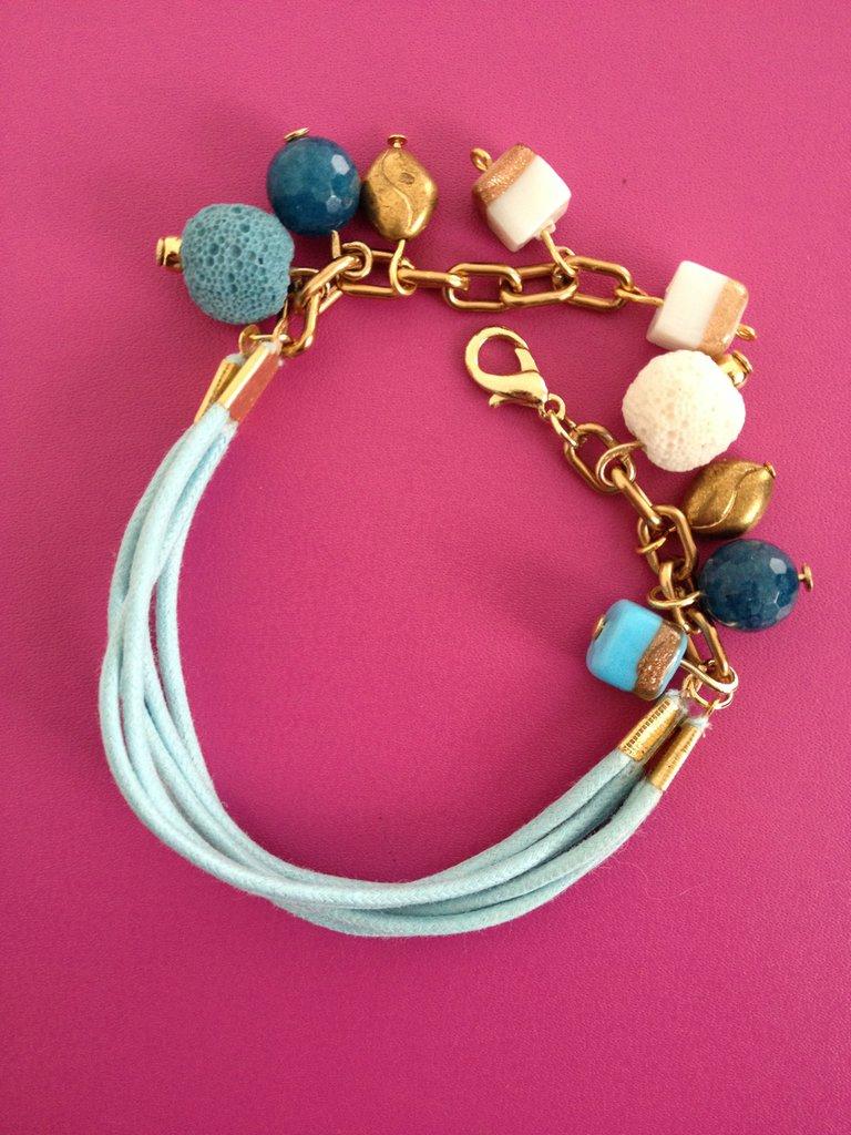 braccialetto fatto a mano azzurro in alcantara, con pendenti oro, bianco, blu, carta da zucchero, azzurro. Decisamente sfizioso