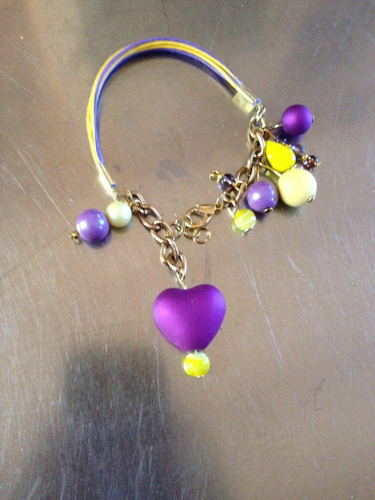 Braccialetto fatto a mano giallo e viola in alcantara, con pendenti - perle gialli e viola, in vetro e resina, e con un pendente a cuore viola cangiante  Sfiziosissimo
