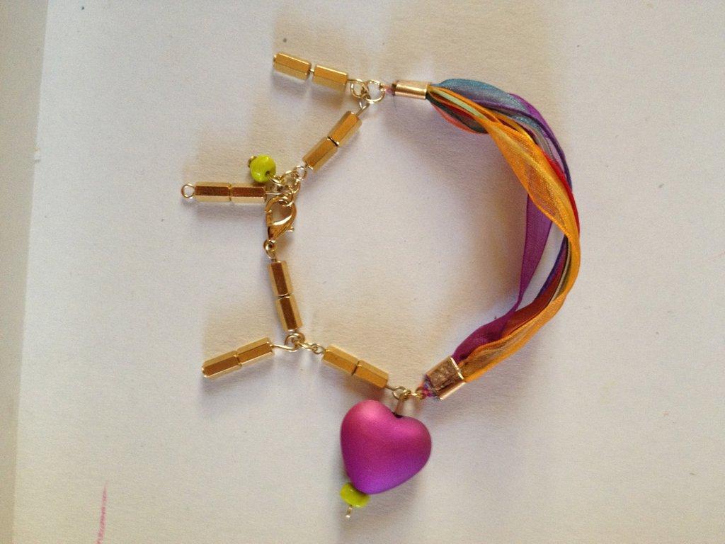 Braccialetto fatto a mano  in tessuto voile di svariati colori, con pendenti in vetro oro e cuore resina. Sfiziosissimo