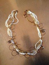 collana corta fatta a mano in metallo colore rame/oro scuro e fili di conteria bianca: indossata sta veramente benissimo, molto particolare e unica!