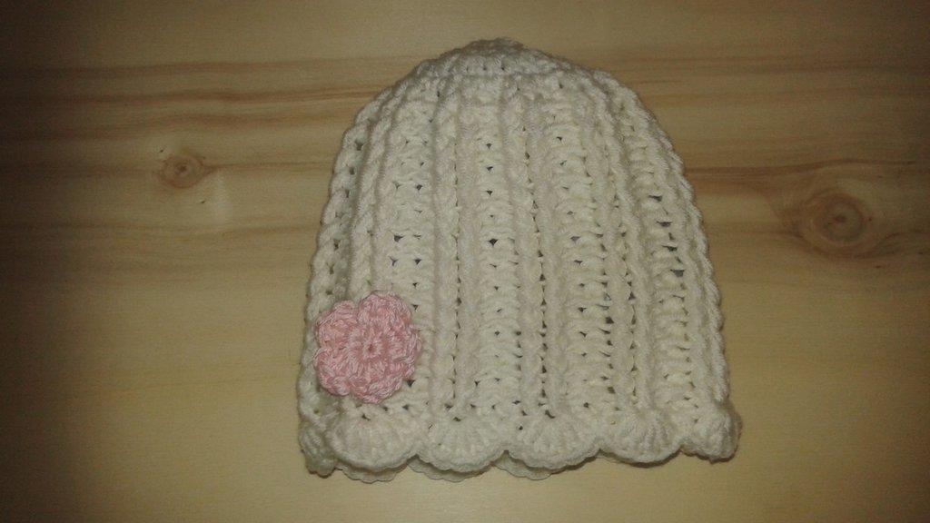 Cappello 6-9 mesi in pura lana bianco con fiore rosa