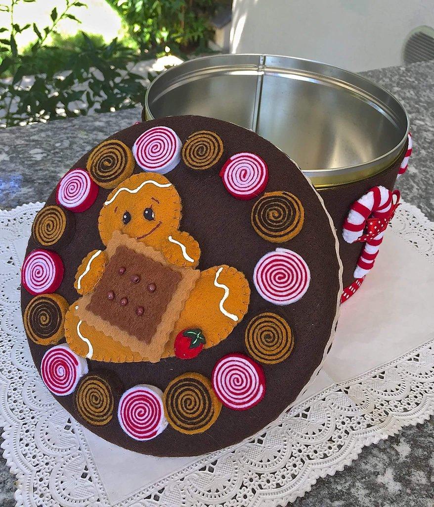 Scatola rivestita e decorata in feltro, con ginger, bastoncini di zucchero e girelle