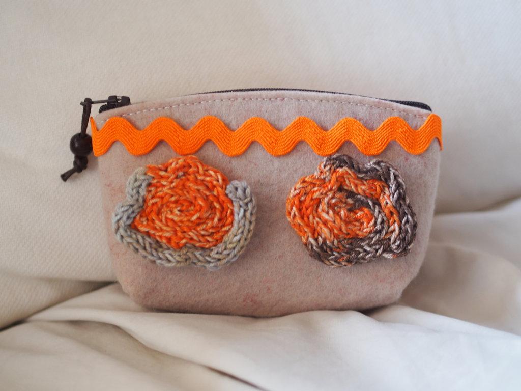 Pochette in felto beige decorata con passamaneria arancione e 2 Rose in maglia tubolare mélange (beige,arancione,marrone).Fatto a mano