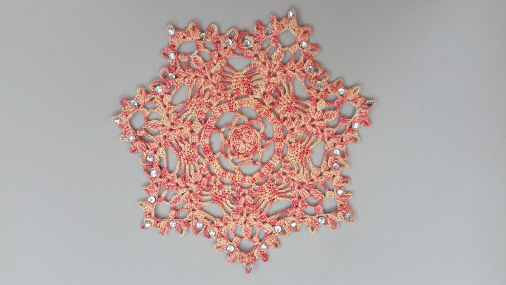 Centrino realizzato a mano con strass applicati a caldo, cm 14, cotone dmc