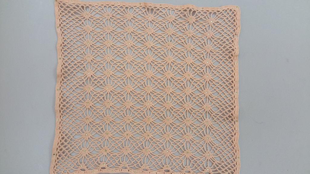 Centrino realizzato a mano con strass applicati a caldo, cm 25 x 26 circa