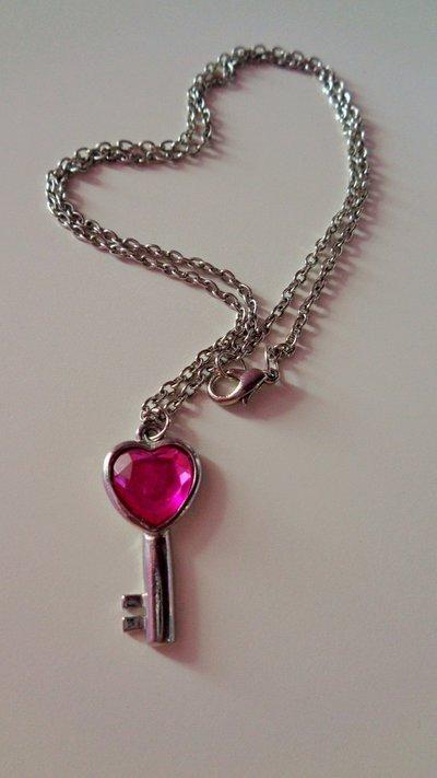 Collana con ciondolo chiave e cuore rosa