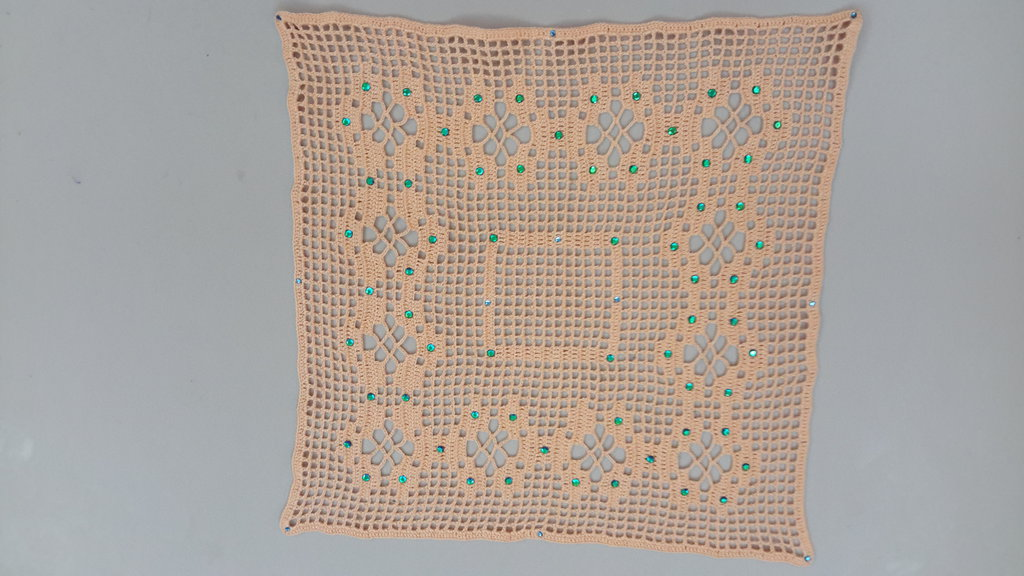 Centrino realizzato a mano con strass applicati a caldo, cm 26 x 26,5 circa