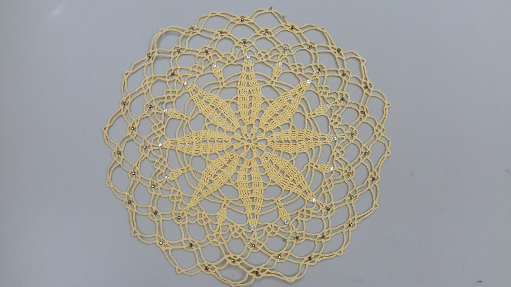 Centrino realizzato a mano con strass applicati a caldo, cm 24, cotone dmc