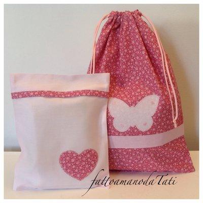 Sacchetto asilo in cotone a fiori con farfalla rosa e busta coordinata con cuore