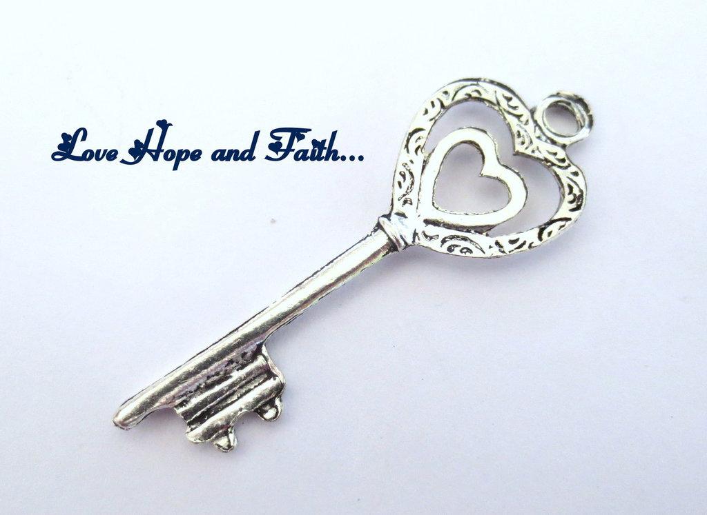 """Charm ciondolo  chiave """"doppio cuore"""" (5x1,8cm) (cod.24470)"""