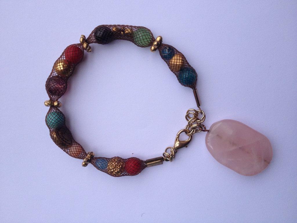 """bracciale fatto a mano rete tubolare con pendente in pietra rosa. Colori meravigliosi, oggetto particolare e unico che fa molto """"hippy-chic"""""""