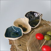 Antipastiera/Salsiera Trio, modellata a mano in ceramica