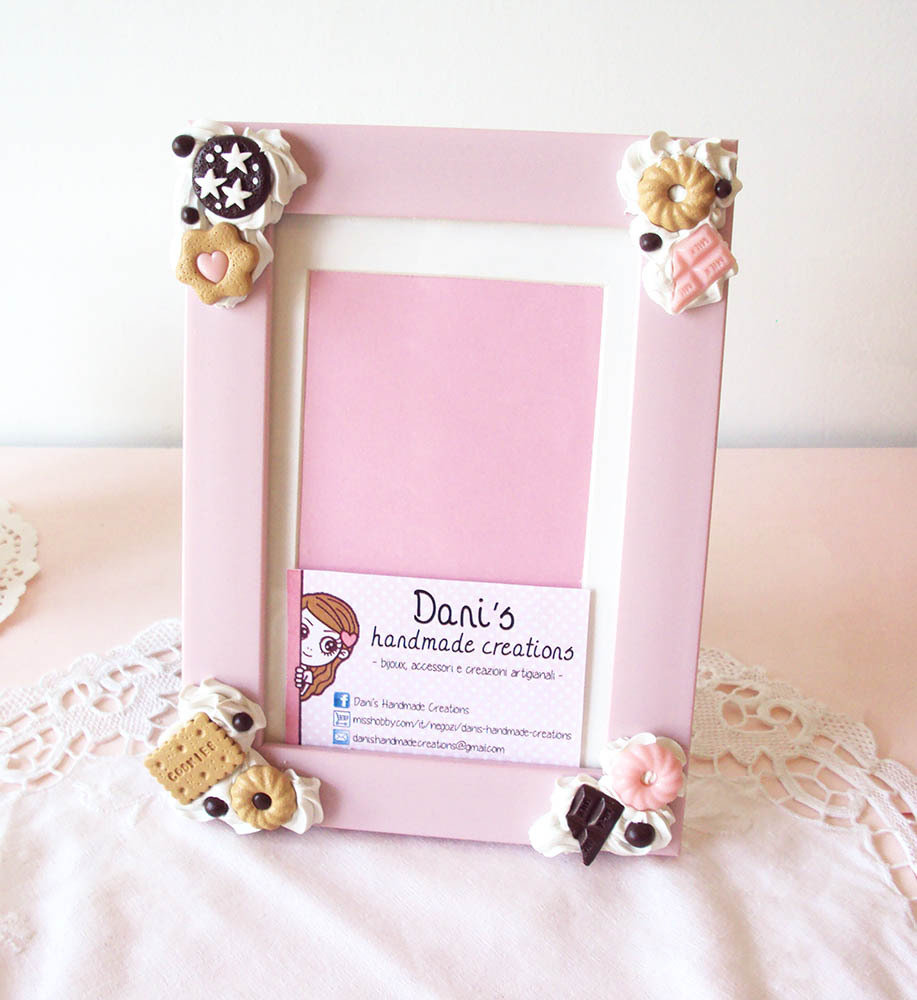 Cornice rosa decorata con panna e biscotti