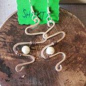 Orecchini wire in alluminio con perla di vetro bianca