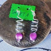 Orecchini in alluminio con perla in plastica color fucsia