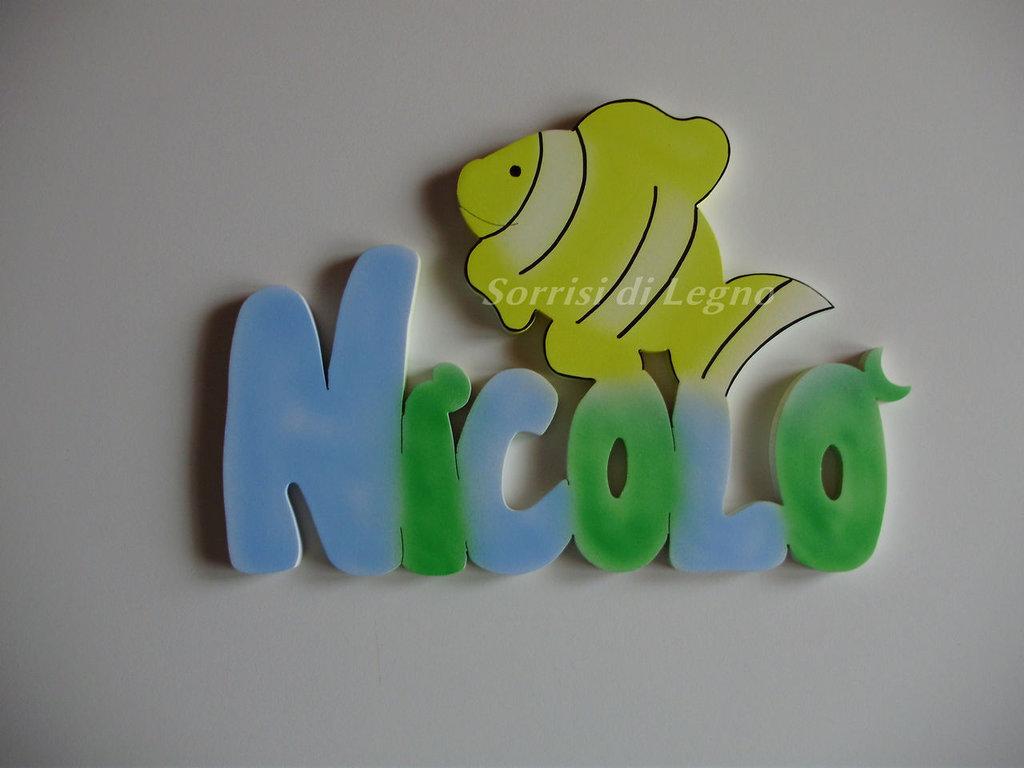 Nome NICOLO' in legno colorato da appendere