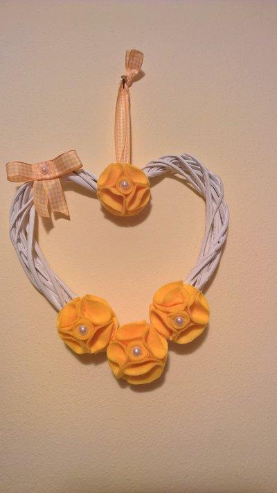 Cuore decorativo con fiori in feltro e perle.