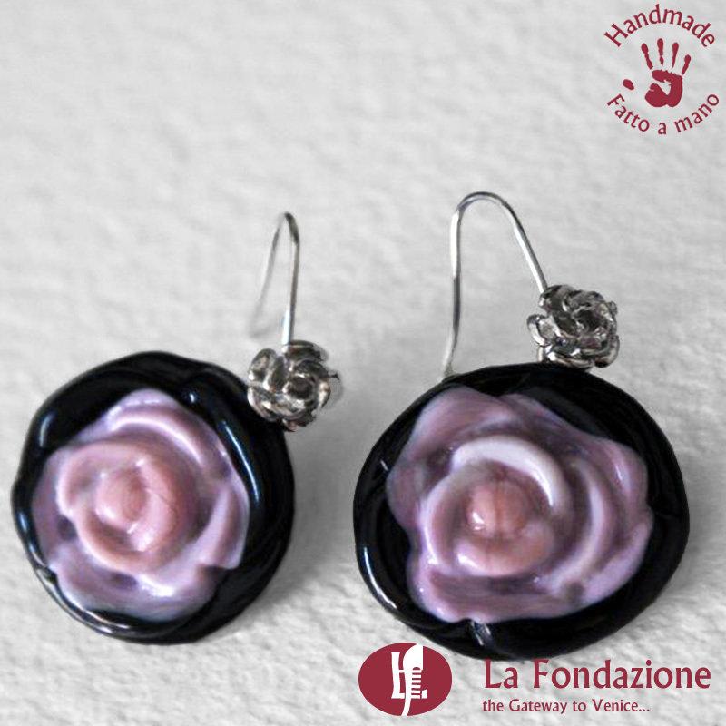 Orecchini Rosa di color Rosa e base nera in vetro di Murano fatti a mano