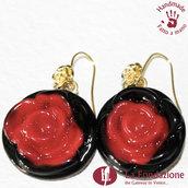 Orecchini Rosa di color Rosso e base nera in vetro di Murano fatti a mano