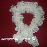 sciarpa ai ferri bianca stile arricciato fatta a mano elegante
