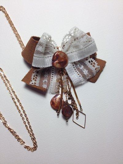 collana con ciondolo fiocco in pizzo e perline 4
