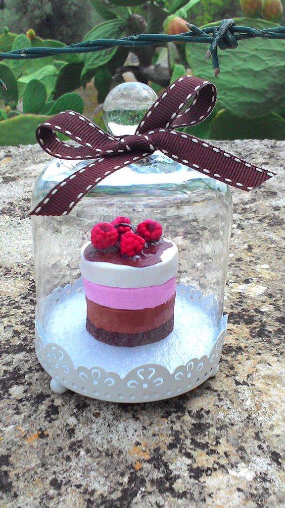 Campana in vetro e metallo con torta in fimo