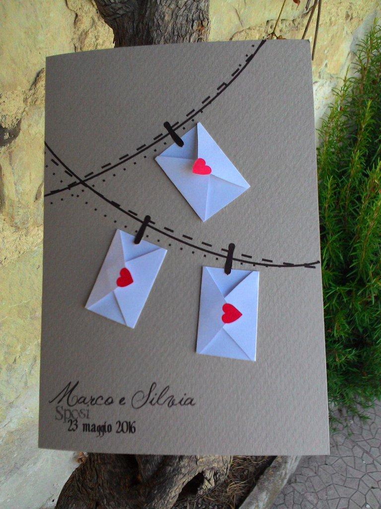 Partecipazione in cartoncino rustico moka con bustine applicate con intaglio su busta