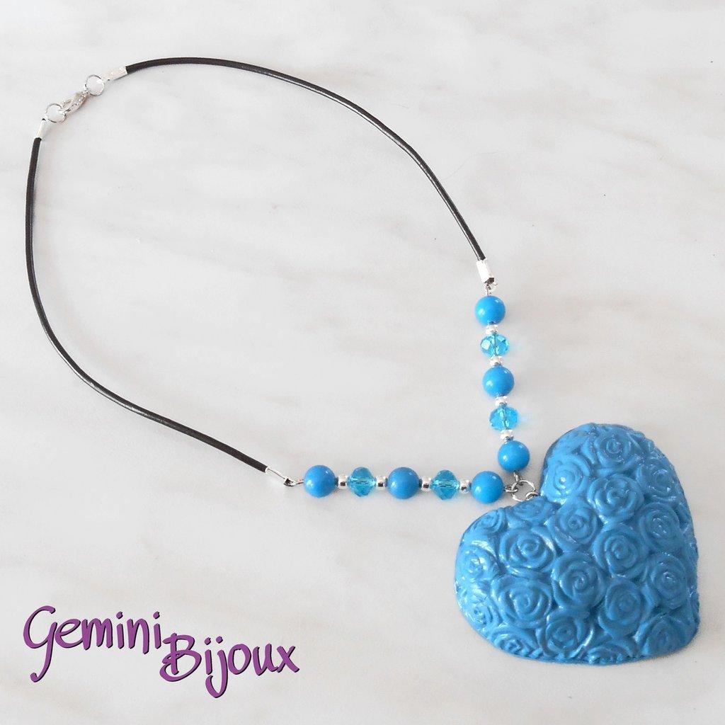 Collana con maxi ciondolo cuore in fimo blu, cuoio e perle