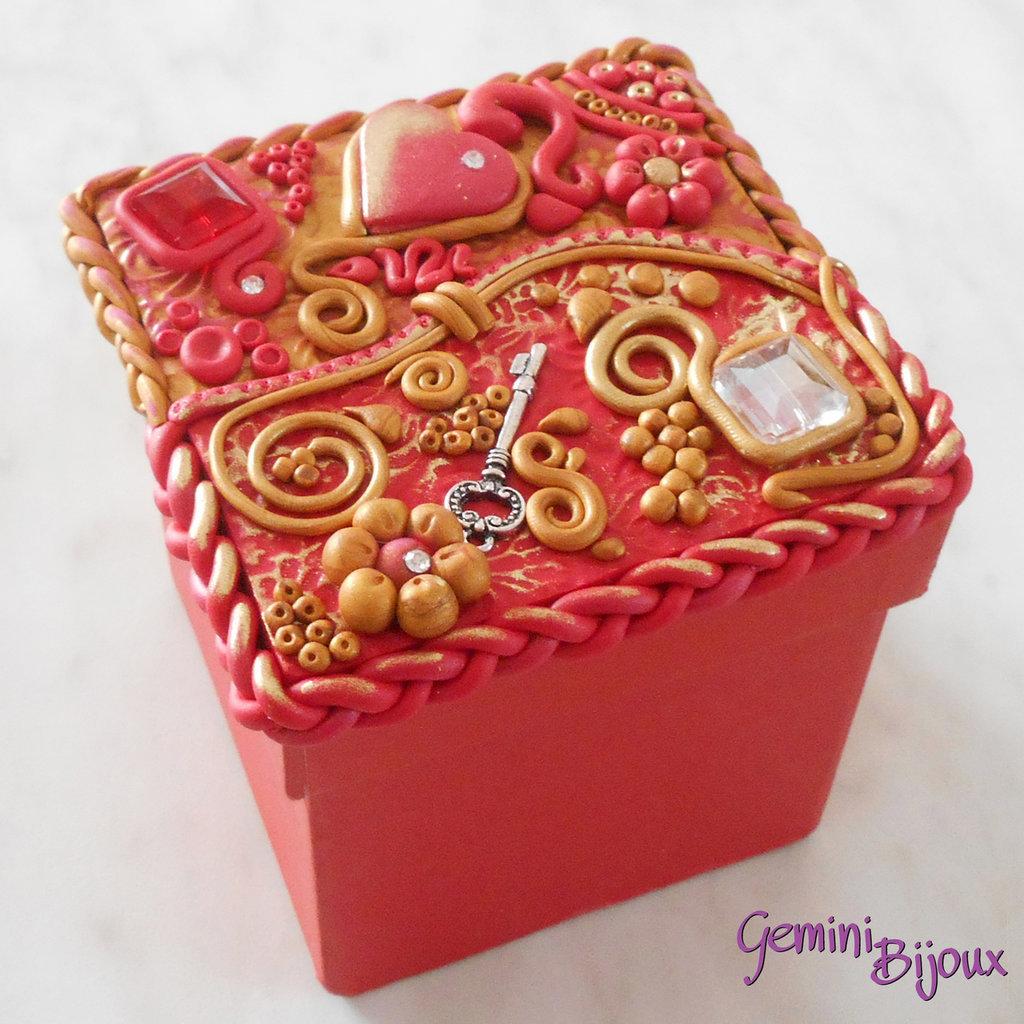 """Bomboniera matrimonio scatola quadrata con decorazione """"preziosa"""" in fimo e pietre, fatto a mano"""