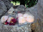 bombe da bagno alla rosa con rose essiccate