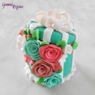 Bomboniera in fimo: scatola regalo traboccante di fiori, fatto a mano