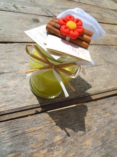 Candela decorata con fiore in fimo e cannella