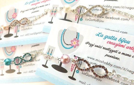 Bracciale con catenina argentata e simbolo infinito con strass colorati e perla cerata idea regalo Natale per lei