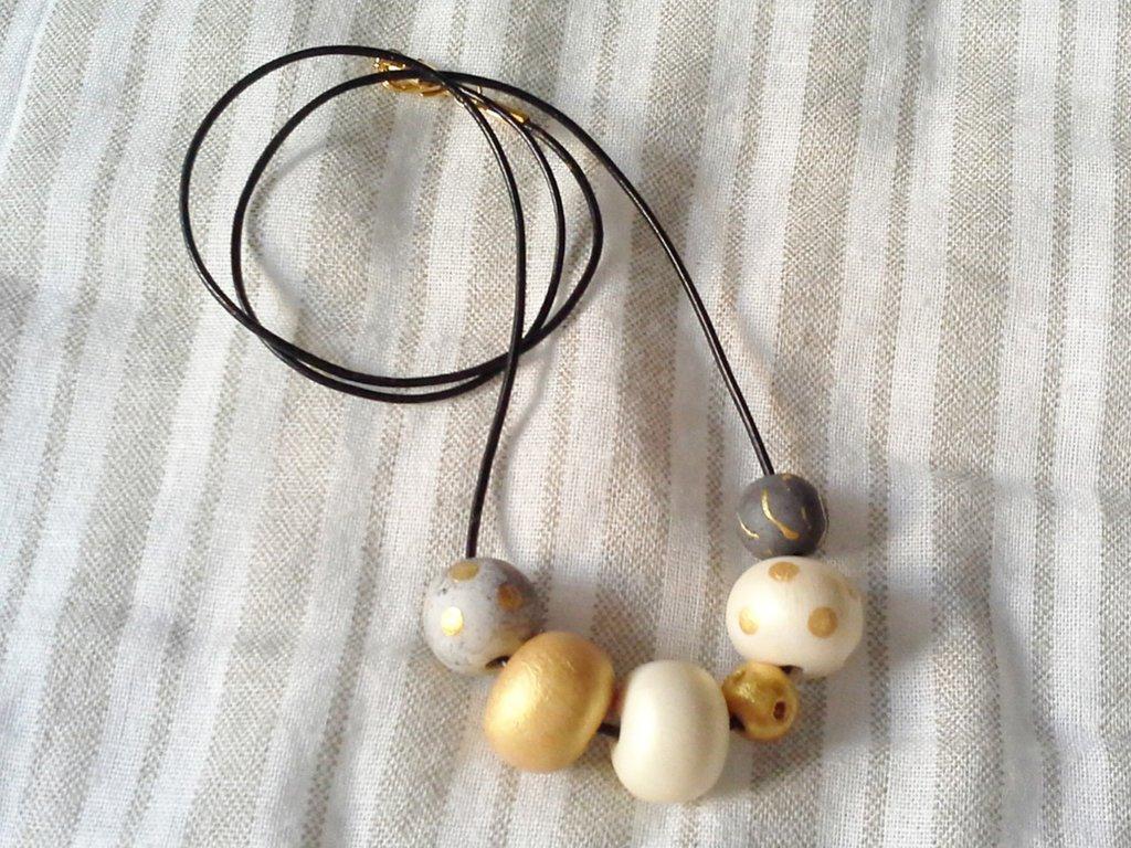 Collana con perle in porcellana fredda