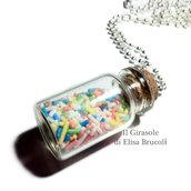 Collana lunga con catena a pallini e boccetta di vetro con codette di zucchero