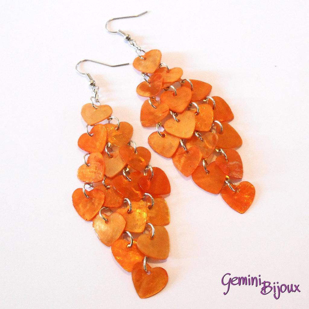 Orecchini chandelier a rombo cuori di madreperla arancio