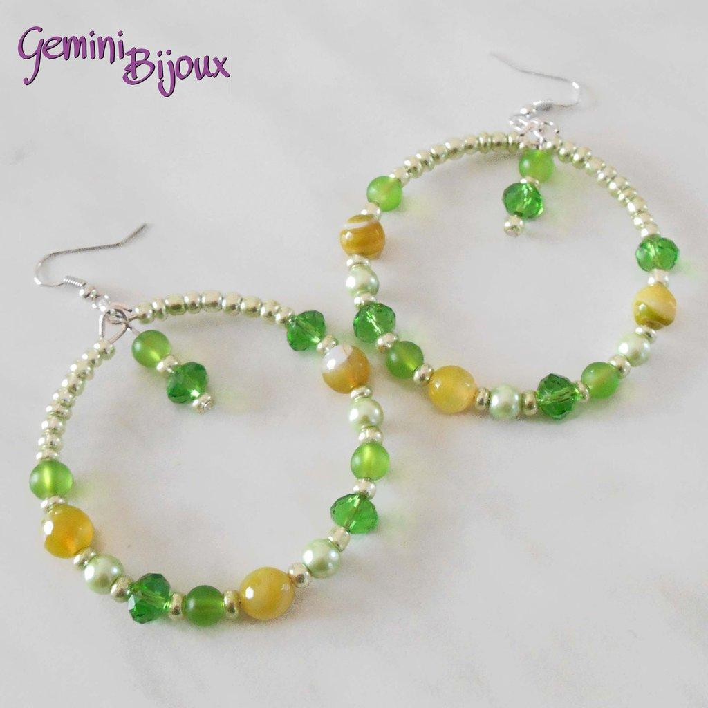 Orecchini a cerchio con perline verdi e gialle