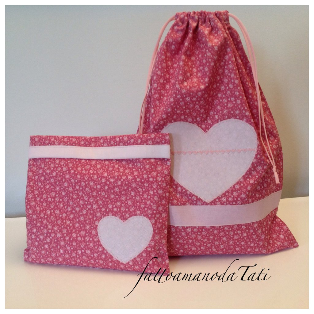 Sacchetto asilo in cotone a fiorellini con cuore rosa e busta coordinata