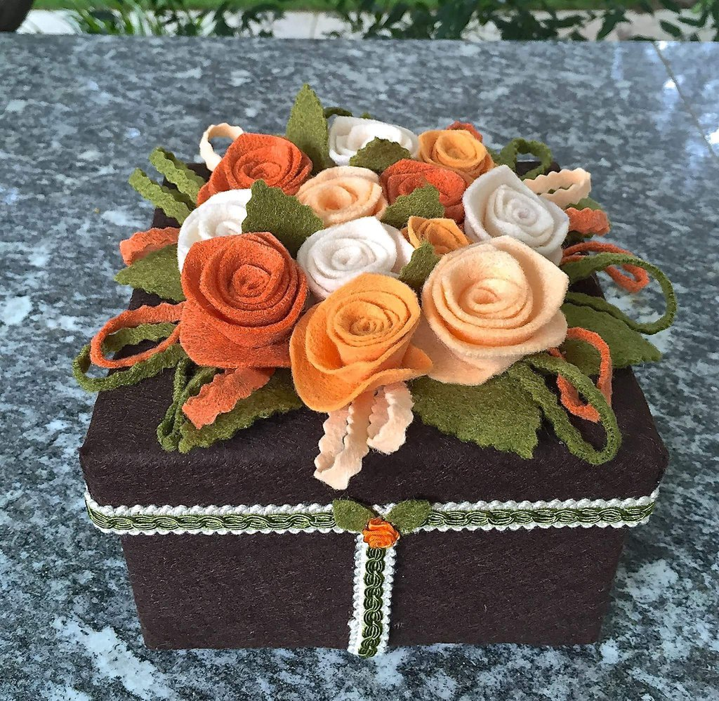 Scatola rivestita e decorata con fiori di feltro arancione
