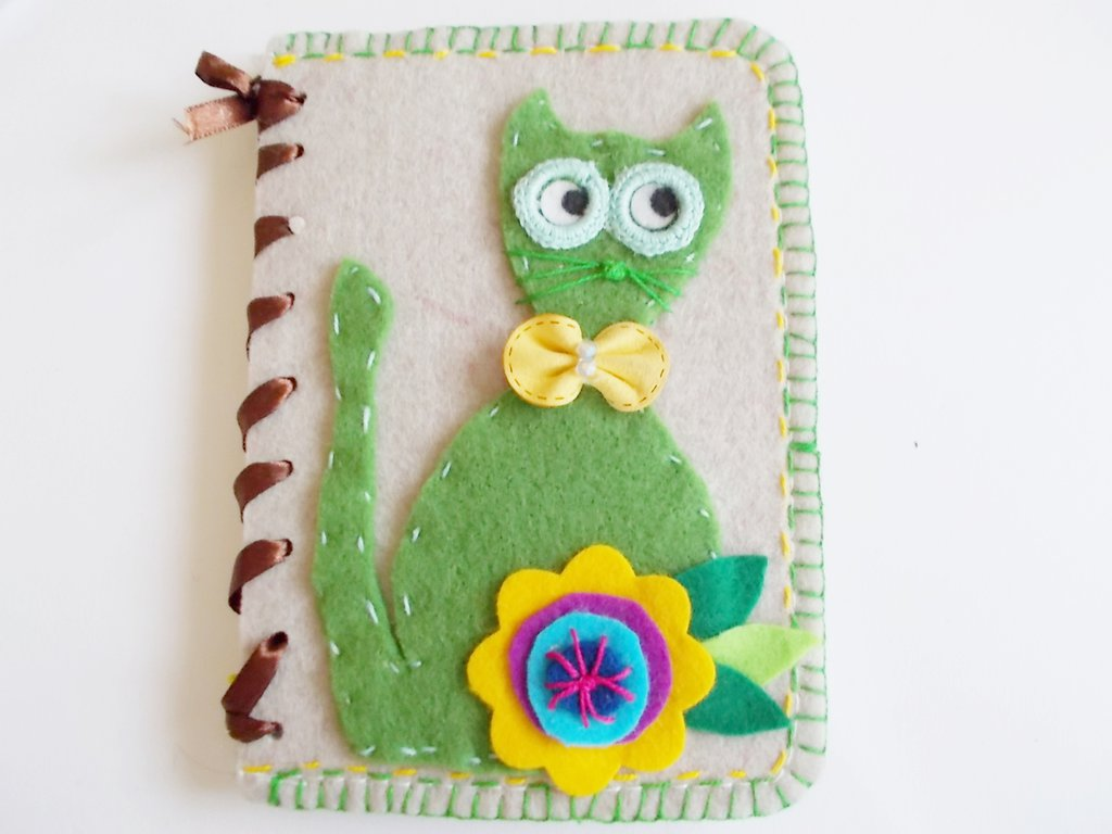 quaderno notes in feltro con gatto verde e papillon in pelle