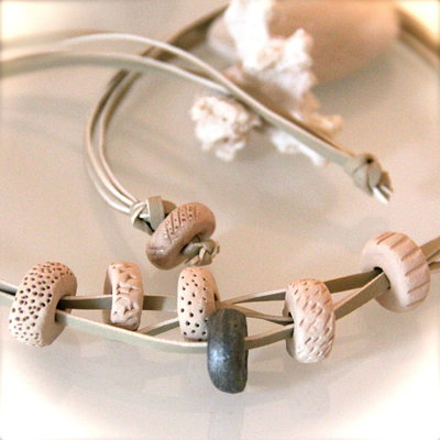 Girocollo beige con dettagli marini in ceramica naturale ed ecopelle