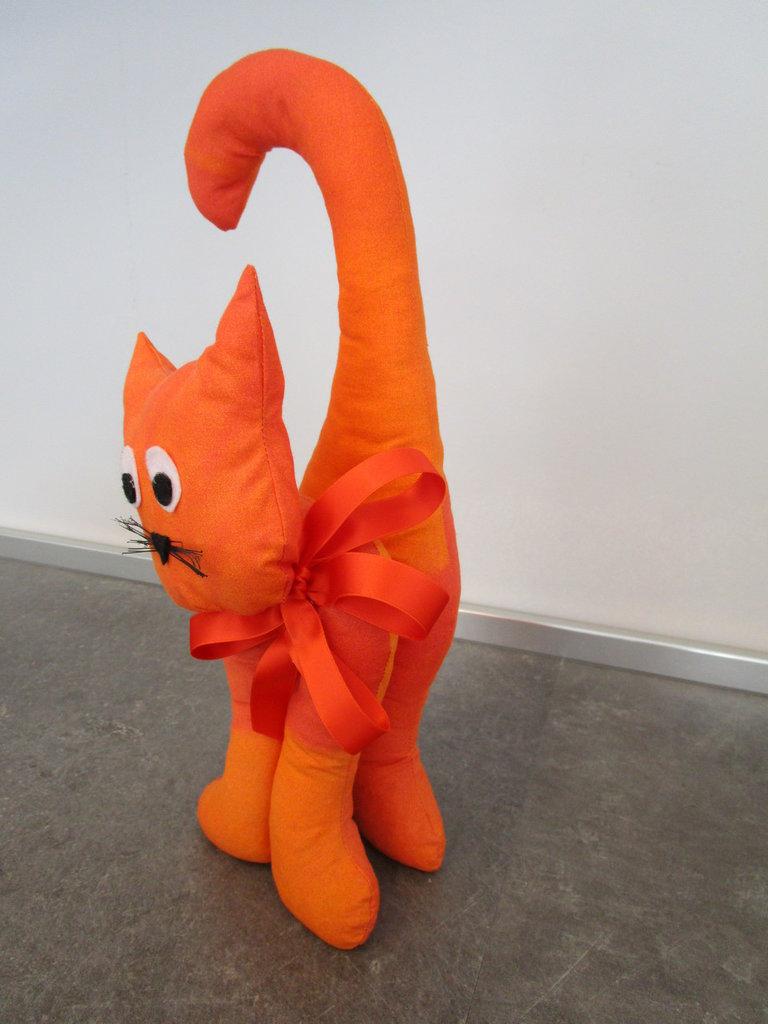 gatto ferma porta arancione