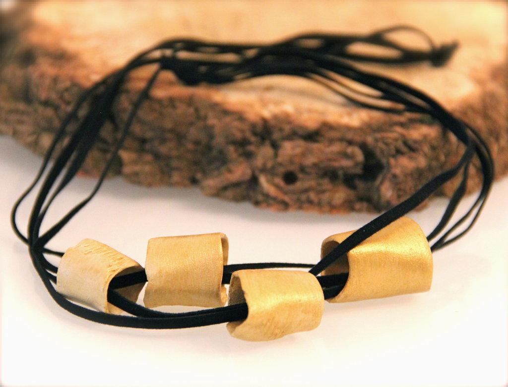 Girocollo con cilindri in ceramica dorata e cordino di velluto nero