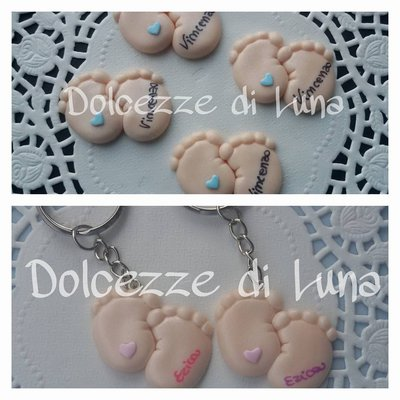 PORTACHIAVI o CALAMITA con Piedini ( cuoricino azzurro o rosa), con nome scritto a mano , soggetto nascita per sacchettini o scatoline porta confetti fatto a mano 2,5 x 3 cm circa