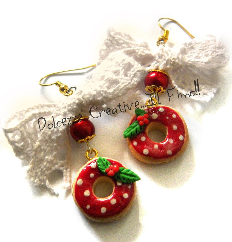 ☃ Natale In Dolcezze 2015 ☃ Orecchini Donut con glassa alla fragola - Ciambella con agrifoglio, perle e fiocco