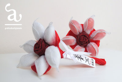 Mazzo di confetti con rosa in tessuto per Laurea