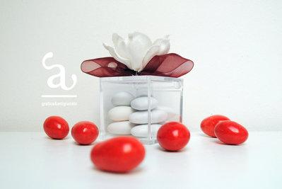 Scatolina portaconfetti in plexiglass con fiore in tessuto e fiocco