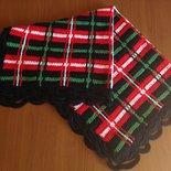 Copertina scozzese realizzata all'uncinetto in blu rosso bianco e verde